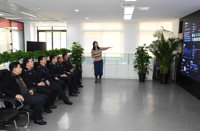 趙天沖一行了解傳媒集團大數據中心建設情況。