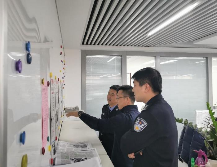 赵天冲一行在传媒集团参观。
