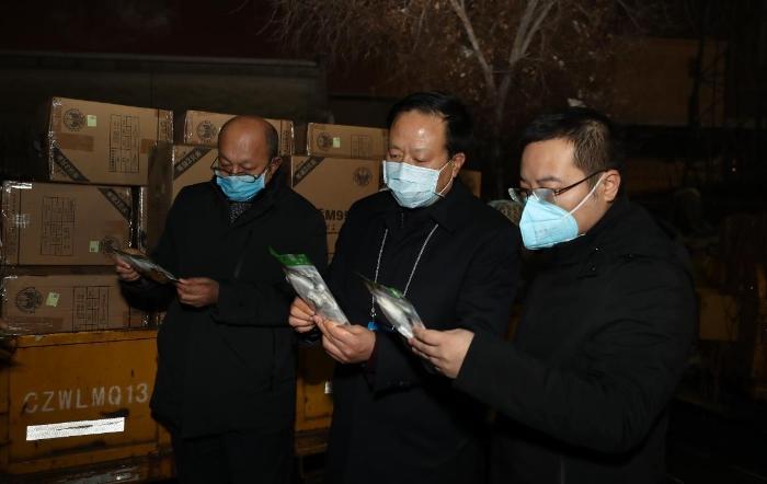 1月29日,新疆维吾尔自治区药监局党组书记、局长张钰祥带队检查刚刚运到的口罩、防护服等。
