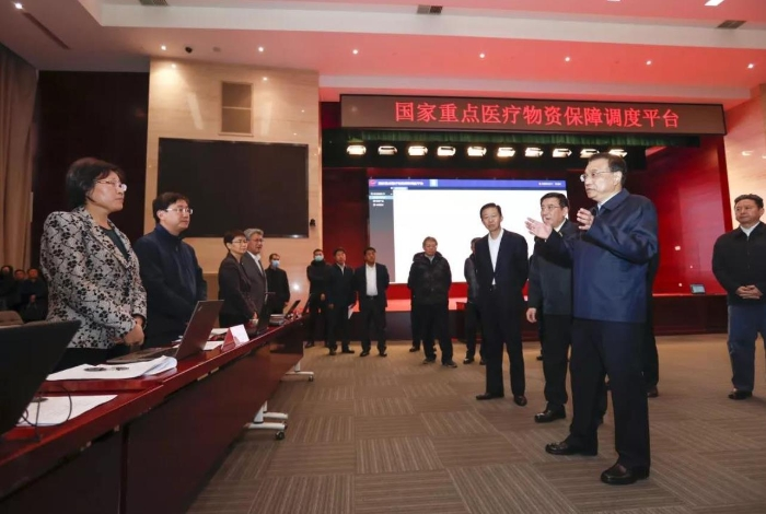 李总理来到国家重点医疗物资保障调度平台现场督办