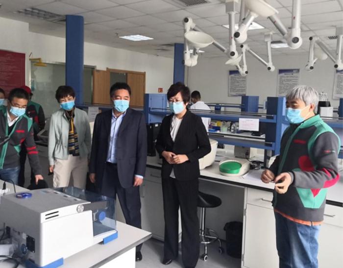图为吉林省药监局党组书记、局长刘宝芳(右二)调研企业新型冠状病毒体外诊断产品研发生产情况。吉林省药监局供图