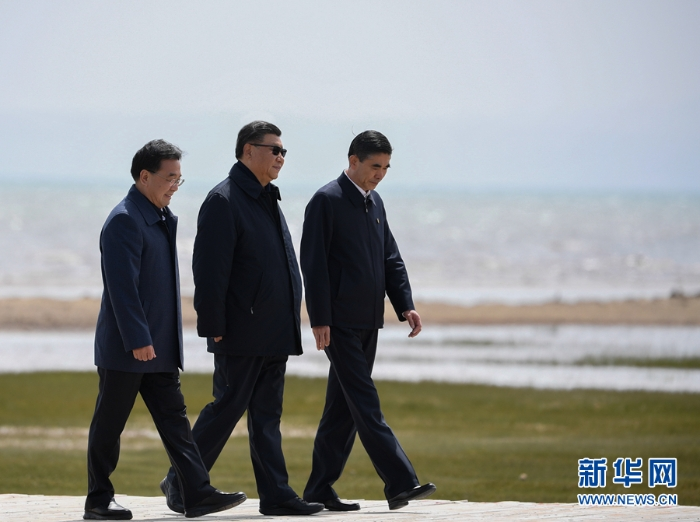 6月7日至9日,中共中央总书记、国家主席、中央军委主席习近平在青海考察。这是8日下午,习近平在海北藏族自治州刚察县青海湖仙女湾考察。新华社记者 申宏 摄
