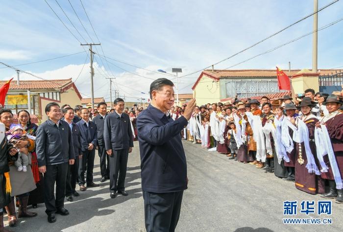 6月7日至9日,中共中央总书记、国家主席、中央军委主席习近平在青海考察。这是8日下午,习近平在海北藏族自治州刚察县沙柳河镇果洛藏贡麻村考察时,向村民们挥手致意。新华社记者 谢环驰 摄