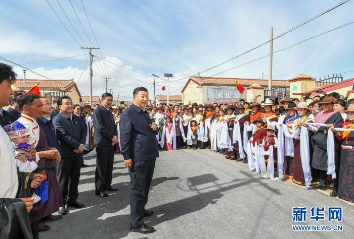 6月7日至9日,中共中央总书记、国家主席、中央军委主席习近平在青海考察。这是8日下午,习近平在海北藏族自治州刚察县沙柳河镇果洛藏贡麻村考察时,同村民们亲切交流。新华社记者 谢环驰 摄